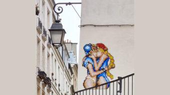 2021.04.05 - Kissing Girls Pixel Art Graffiti in Paris 16x9